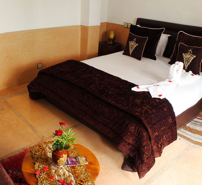 Chamalia room in 1st floor capacity 2/3 pers Equipped with a bed doubleet a seating area with possibility of transforming it into a single bed (on request) bathroom with shower and toilet, welcome products, hair dryer, towels, air conditioning, free wifi. Baby bed on request