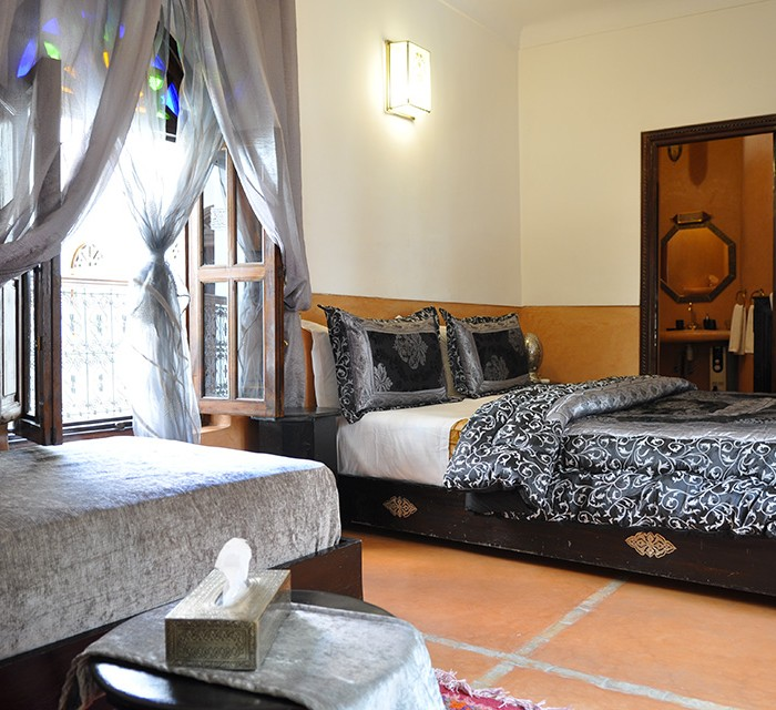 Tichka room on terrace capability 2/3 pers. Equipped with a double bed, a single bed (on request), bathroom with shower and separate toilet, dressing, skin care products, hair dryer, towels, air conditioning, free wifi. Baby bed on request.